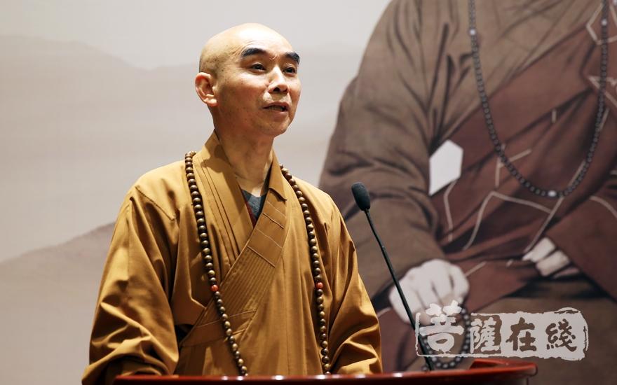 誠信法師總結了圓瑛法師對佛教的貢獻(圖片來源:菩薩在線 攝影:妙雨)