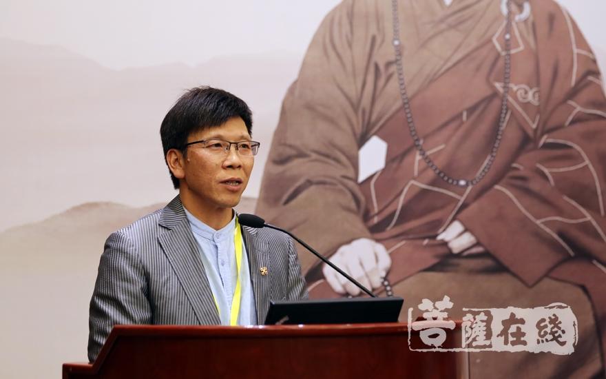 陳永革教授代表學者講話(圖片來源:菩薩在線 攝影:妙雨)