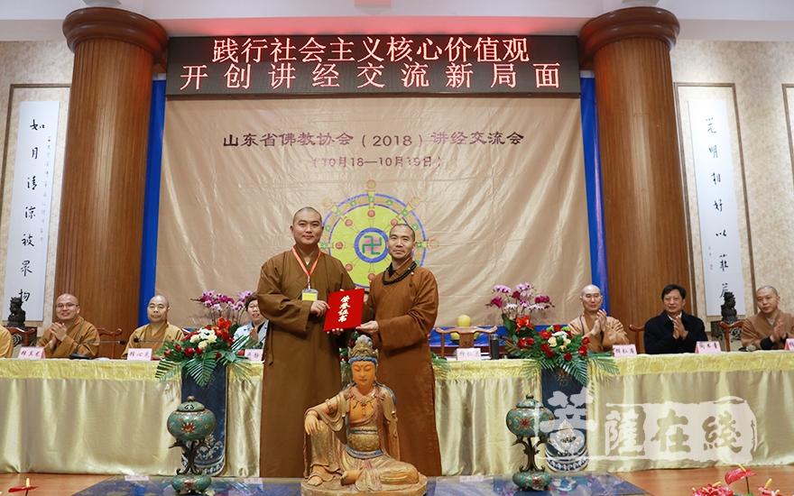仁昌大和尚為獲得一等獎的法師頒獎(圖片來源:菩薩在線 攝影:妙月)
