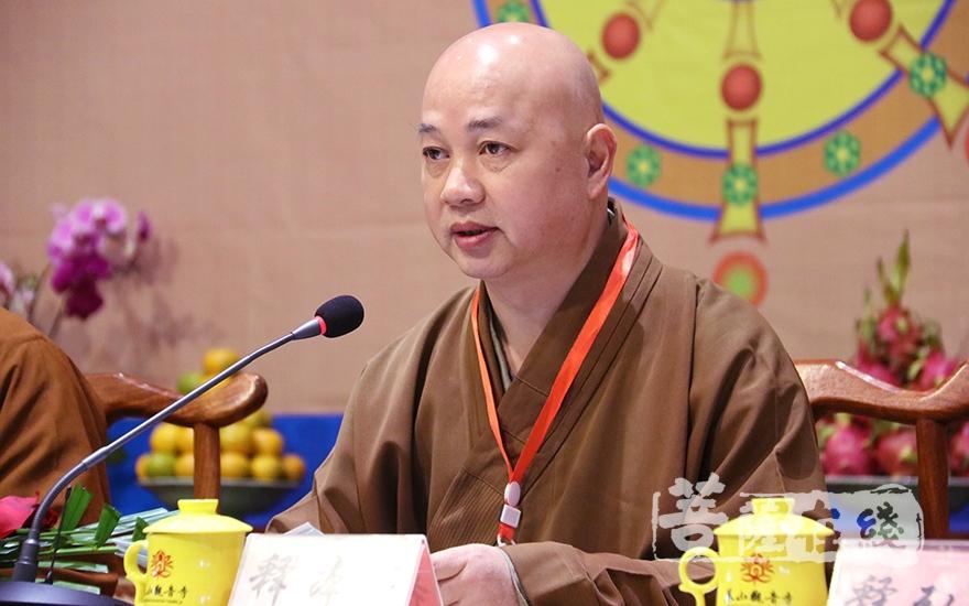 山東省佛教協會常務副會長本悟大和尚主持開幕式(圖片來源:菩薩在線 攝影:妙月)