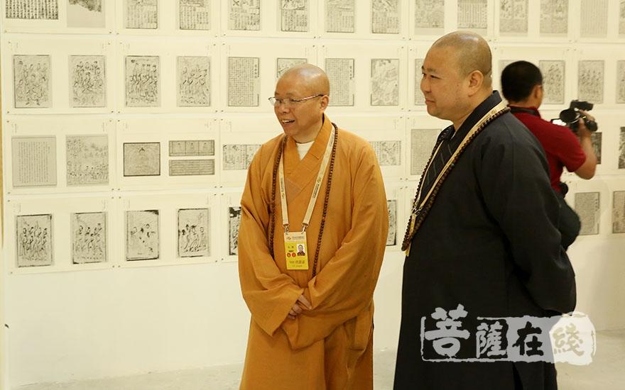 参观佛教与艺术精品展(图片来源:菩萨在线 摄影:妙梵)