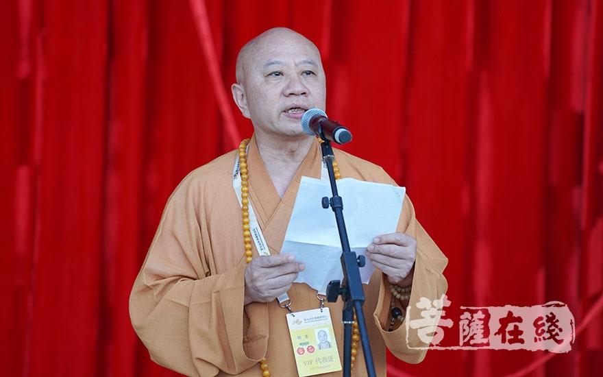 中国佛教协会副会长明生法师在致辞中对承办此次图片艺术展付出了辛勤努力的各方表示感谢(图片来源:菩萨在线 摄影:妙雨)