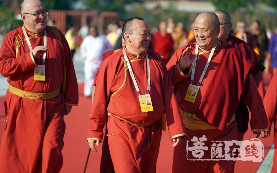 海外高僧步入会场(图片来源:菩萨在线 摄影:妙梵)