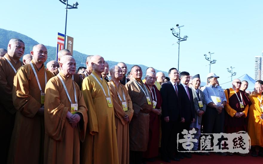 出席的领导嘉宾、大德法师(图片来源:菩萨在线 摄影:妙梵)