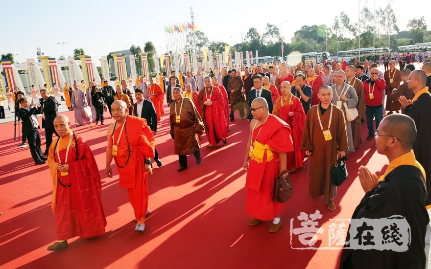 中国佛教协会副会长演觉法师一行步入会场(图片来源:菩萨在线 摄影:妙雨)