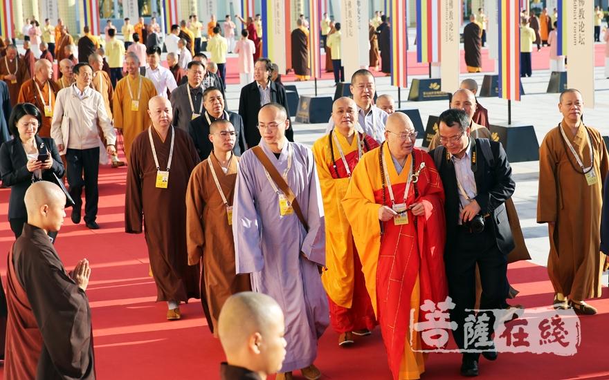 中佛协副会长圣辉法师、永寿法师一行入场(图片来源:菩萨在线 摄影:妙雨)