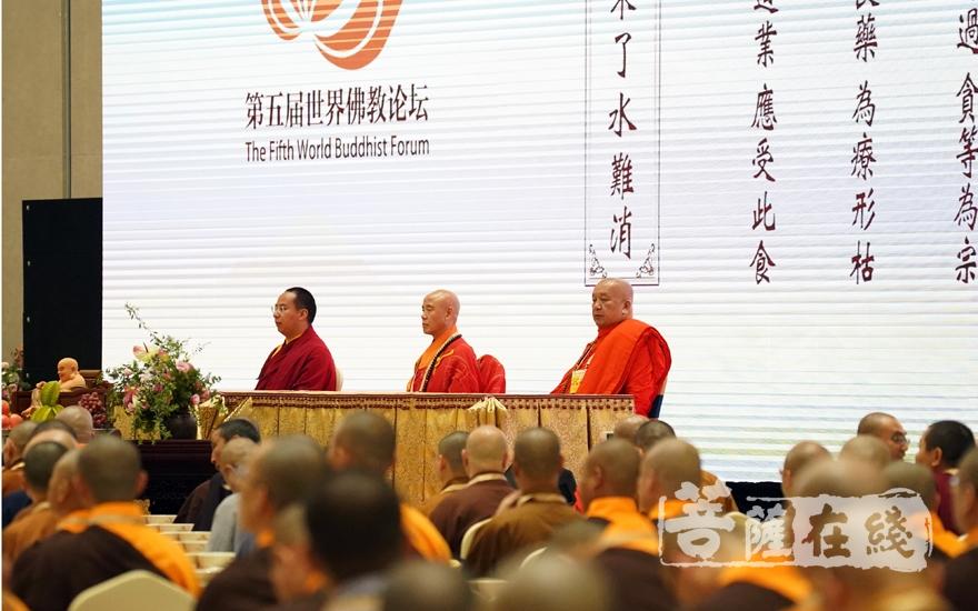 中国佛教协会副会长演觉法师、帕松列龙庄勐长老、班禅额尔德尼·确吉杰布主法千僧斋法会(图片来源:菩萨在线 摄影:妙雨)