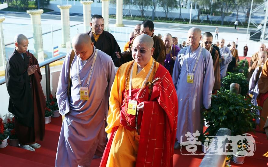 中佛协副会长则悟法师一行入场(图片来源:菩萨在线 摄影:妙梵)