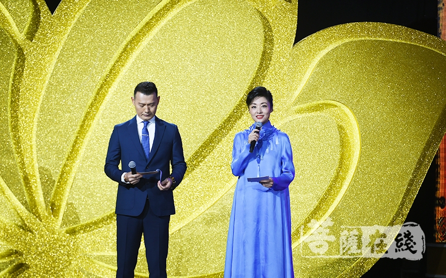 周涛、胡一虎主持论坛开幕式