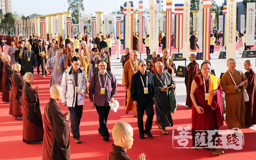 政府领导、高僧大德、专家学者及社会各界人士已陆续入场(图片来源:菩萨在线 摄影:妙雨)