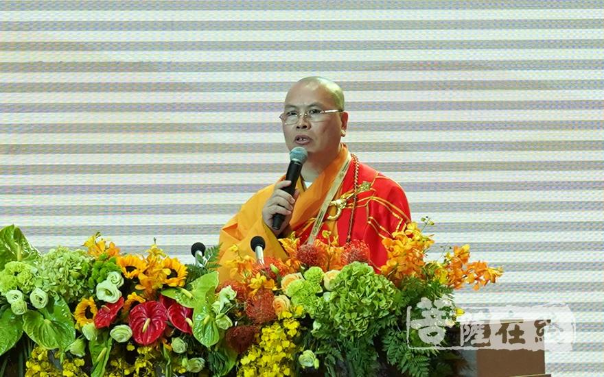 加拿大佛教会会长、加拿大湛山精舍住持达义法师大会发言(图片来源:菩萨在线 摄影:妙雨)