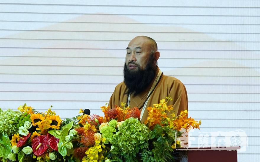 中国佛教协会副会长、福建省佛教协会副会长普法法师大会发言(图片来源:菩萨在线 摄影:妙雨)