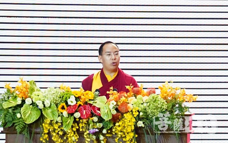 班禅大师在发言中从佛教的教理精神出发,阐释了佛教在化解人类面临困境、构建人类命运共同体、促进世界和平中所能发挥的积极作用(图片来源:菩萨在线 摄影:妙梵)