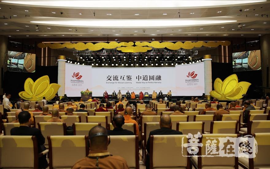 开幕式后,首场论坛发言正式开始(图片来源:菩萨在线 摄影:妙雨)