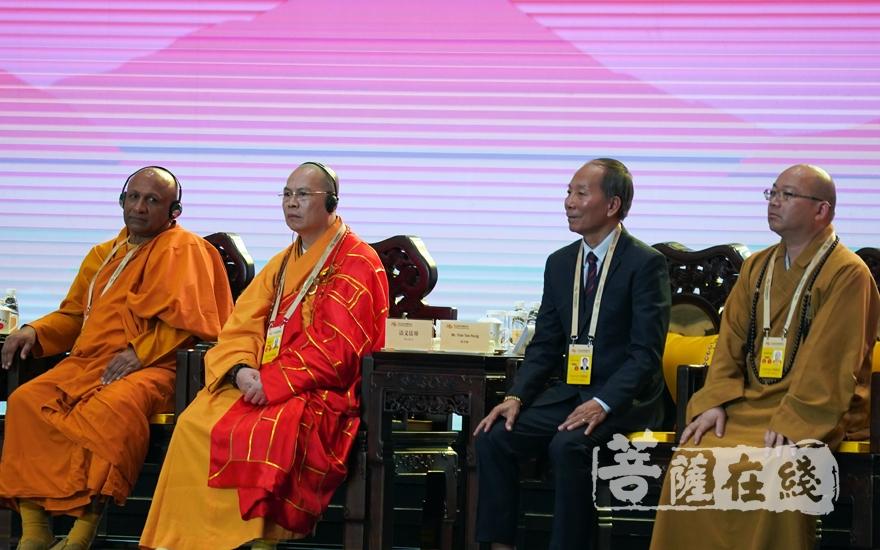 达义法师、心保法师在大会上发言大会发言(图片来源:菩萨在线 摄影:妙梵)