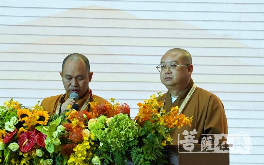 中国佛教协会副会长正慈法师、越南中央佛教教会执行委员会副主席兼秘书长德善法师担任主持(图片来源:菩萨在线 摄影:妙雨)