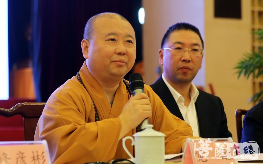 觉醒法师在致辞中回顾了上海玉佛禅寺在生死学与生命关怀领域的规划与探索(图片来源:菩萨在线 摄影:妙雨)