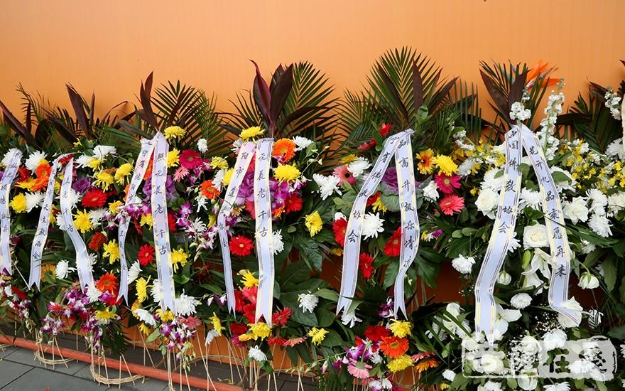 中国佛教协会敬献花圈(图片来源:菩萨在线 摄影:妙静)