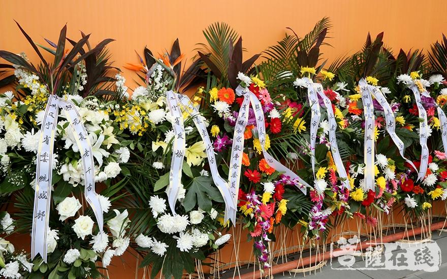 中共常委省委统战部敬献花圈(图片来源:菩萨在线 摄影:妙梵)