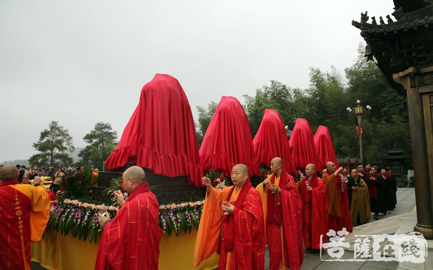 洒净仪式(图片来源:菩萨在线 摄影:妙澄)