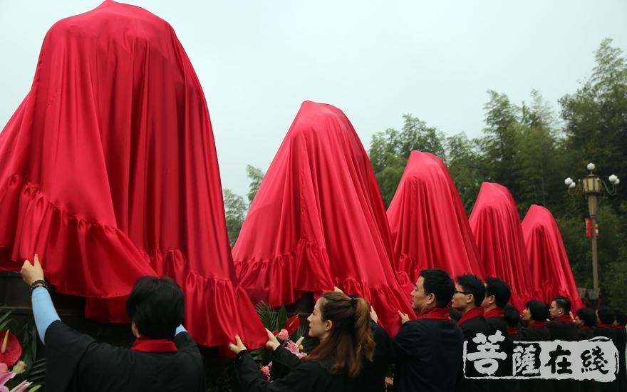 居士为佛像揭幕(图片来源:菩萨在线 摄影:妙雨)