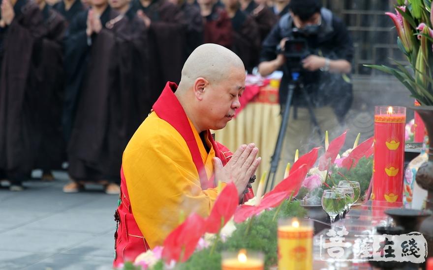 中国佛教协会副会长、江西省佛教协会会长、佑民寺方丈纯一法师拈香(图片来源:菩萨在线 摄影:妙雨)