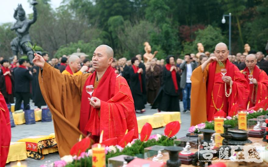 洒净仪式(图片来源:菩萨在线 摄影:妙雨)