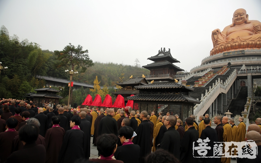两序大众仪仗庄严,护法弟子与法师位列两队(图片来源:菩萨在线 摄影:妙雨)