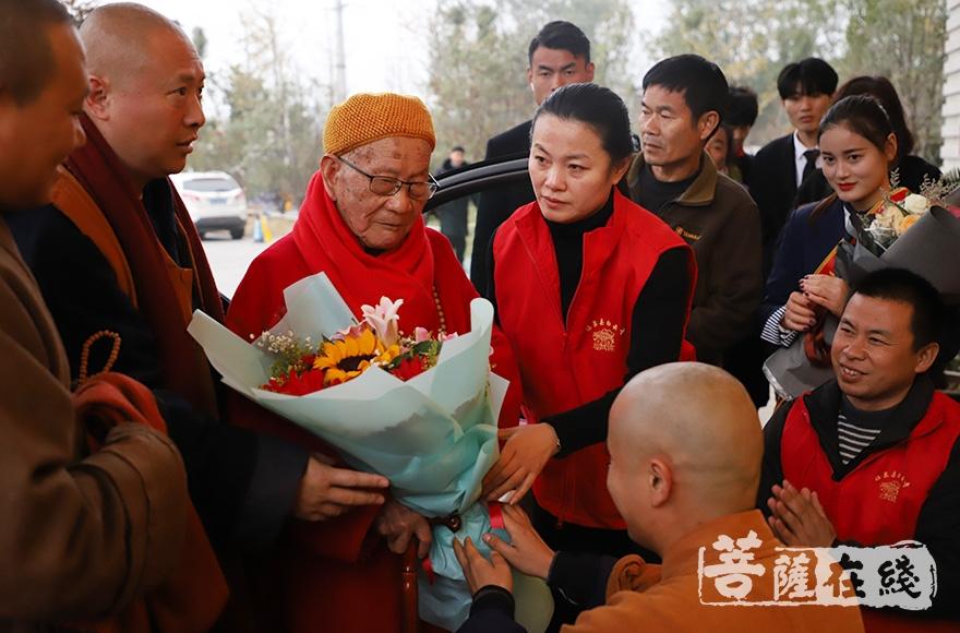 恭迎安徽省佛教协会会长、合肥明教寺方丈妙安长老(图片来源:菩萨在线 摄影:妙清)