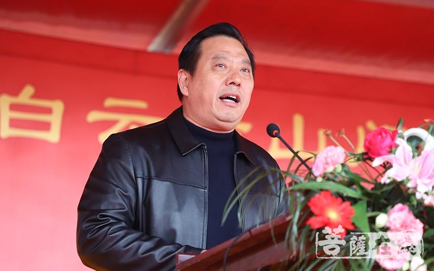 临泉县人民政府副县长符国风肯定了白云寺一年来的建设进度(图片来源:菩萨在线 摄影:妙澄)