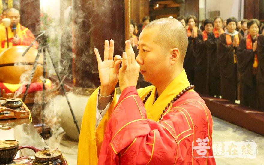 如山法师拈香(图片来源:菩萨在线 摄影:妙澄)