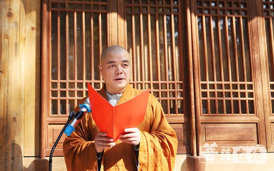 慈满法师介绍了灵峰讲寺先贤大德的爱国爱教事迹,并致欢迎词(图片来源:菩萨在线 摄影:妙言)