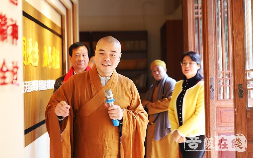 慈满法师带领嘉宾参观爱国主义教育展览(图片来源:菩萨在线 摄影:妙言)