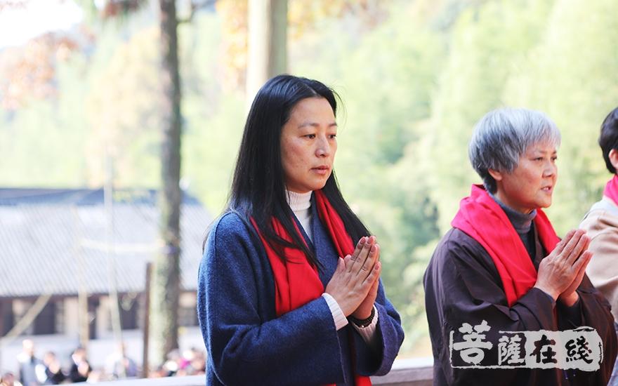 虔诚祝祷(图片来源:菩萨在线 摄影:妙言)