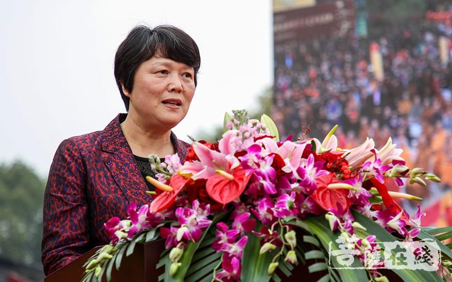 区委统战部部长薛红对惟觉法师寄予厚望(图片来源:菩萨在线 摄影:果仁)