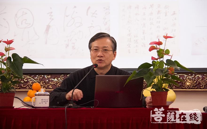 杨维昌为听众讲解书法(图片来源:菩萨在线 摄影:妙清)