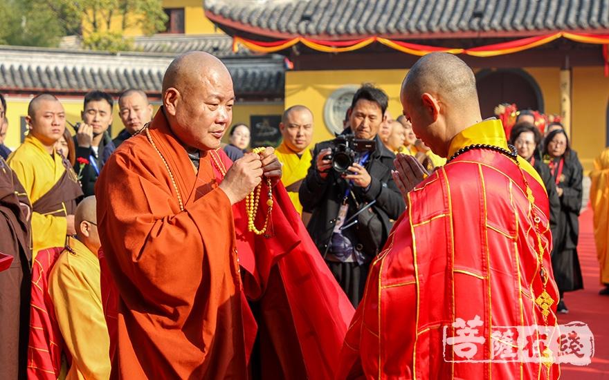 礼请中国佛教协会副秘书长秋爽大和尚授手珠(图片来源:菩萨在线 摄影:果仁)