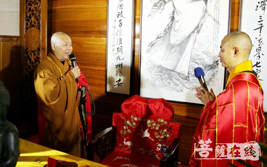 中国佛教协会副会长、上海玉佛禅寺方丈觉醒大和尚送座(图片来源:菩萨在线 摄影:妙雨)