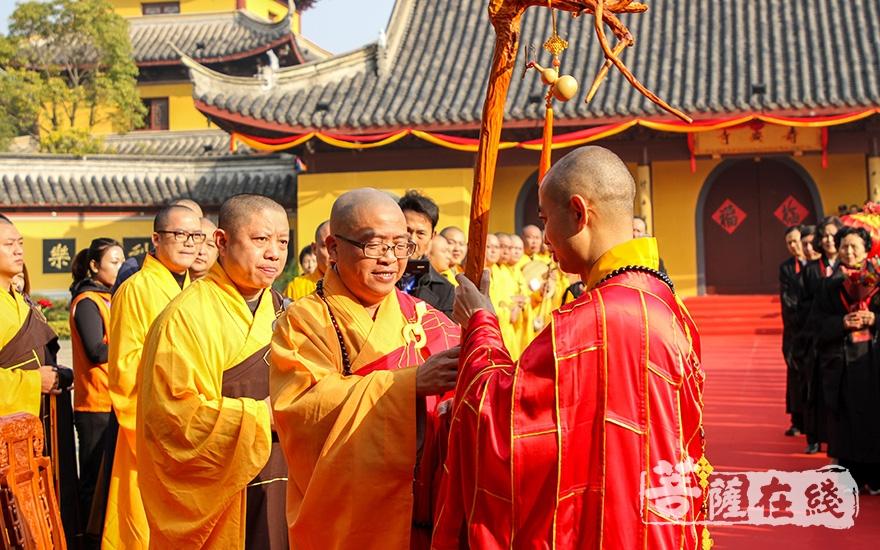 礼请上海市佛教协会副会长世良大和尚授龙杖(图片来源:菩萨在线 摄影:果仁)