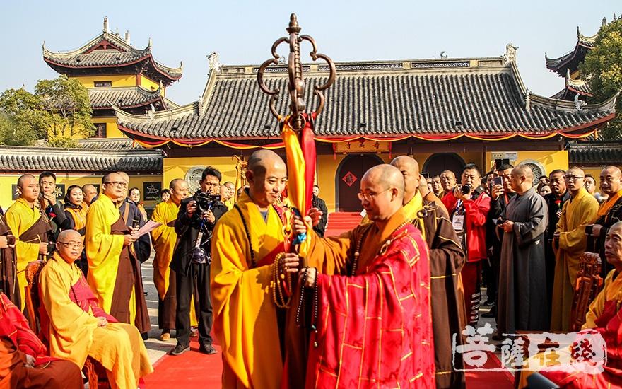 礼请上海市佛教协会副会长悟端大和尚授锡杖(图片来源:菩萨在线 摄影:果仁)