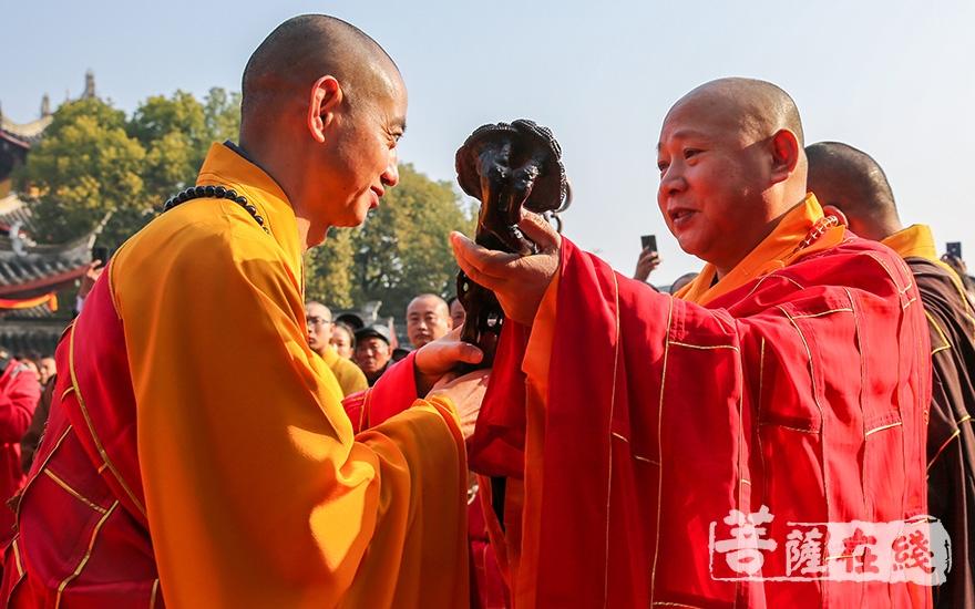 礼请中国佛教协会副会长静波大和尚授如意(图片来源:菩萨在线 摄影:妙雨)