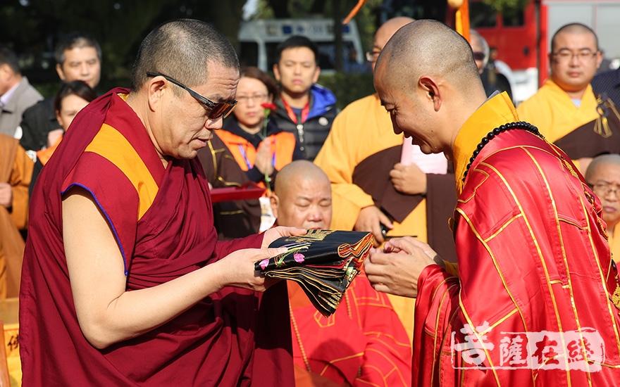 礼请中国佛教协会副会长胡雪峰大喇嘛授具(图片来源:菩萨在线 摄影:妙雨)