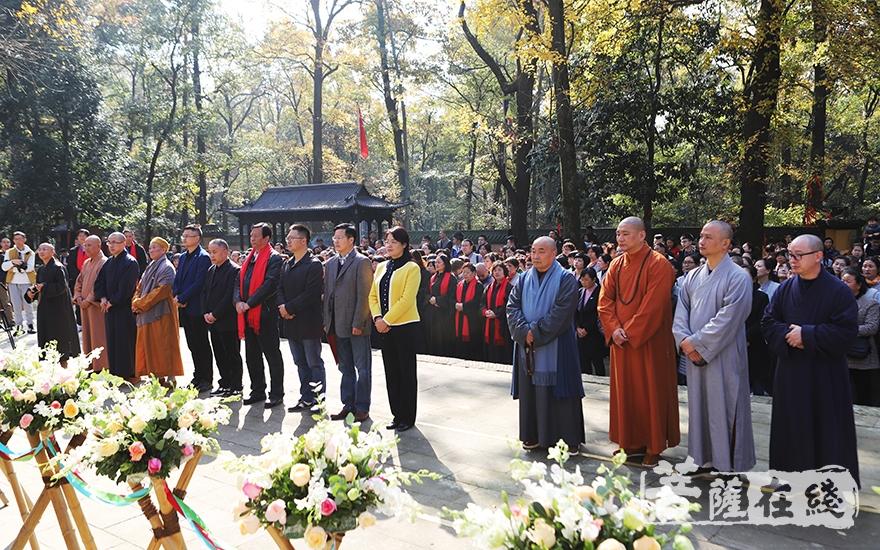 出席仪式的嘉宾领导及大德法师(图片来源:菩萨在线 摄影:妙言)