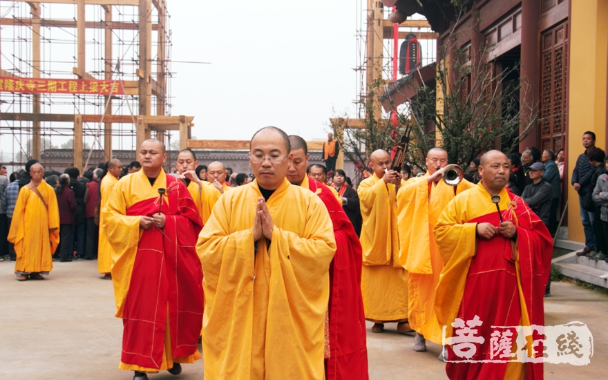 迎请仪式(图片来源:菩萨在线 摄影:妙清)