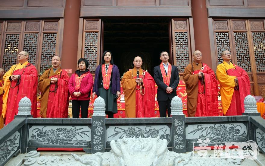 参加庆典的法师与领导嘉宾(图片来源:菩萨在线 摄影:妙雨)