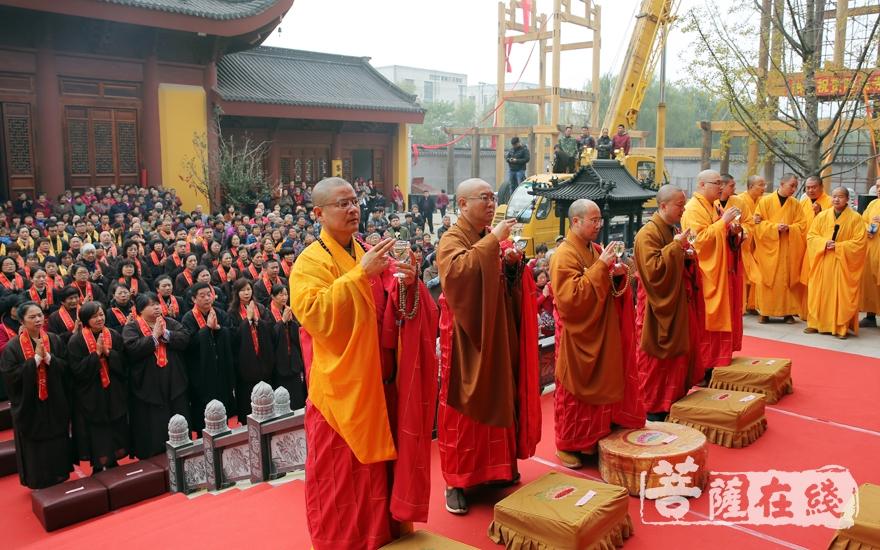 洒净仪式(图片来源:菩萨在线 摄影:妙清)