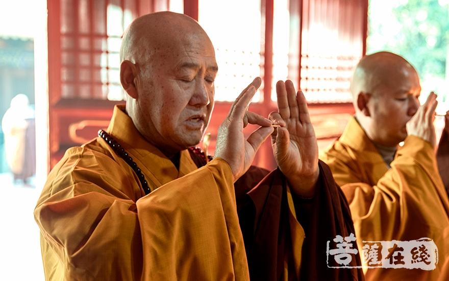 教授阿舍黎妙江律师拈香(图片来源:菩萨在线 摄影:寂戒法师)