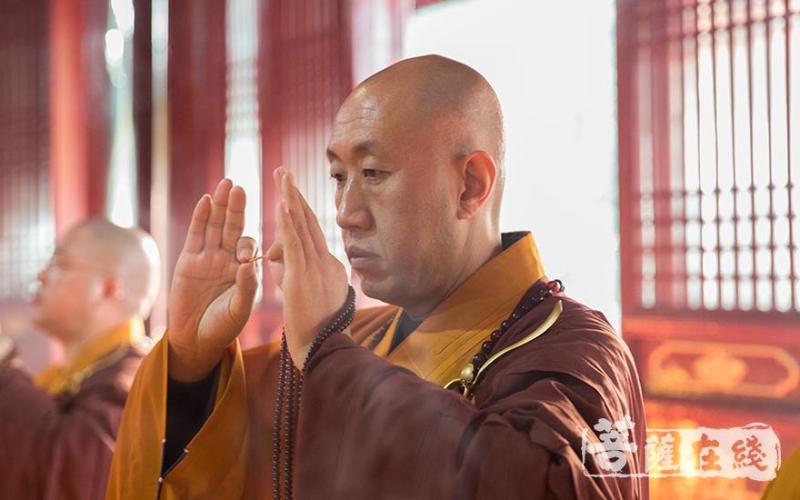 羯磨阿阇梨怡藏律师拈香(图片来源:菩萨在线 摄影:寂戒法师)