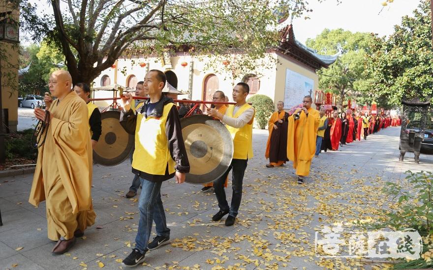 送圣仪式(图片来源:菩萨在线 摄影:妙澄)