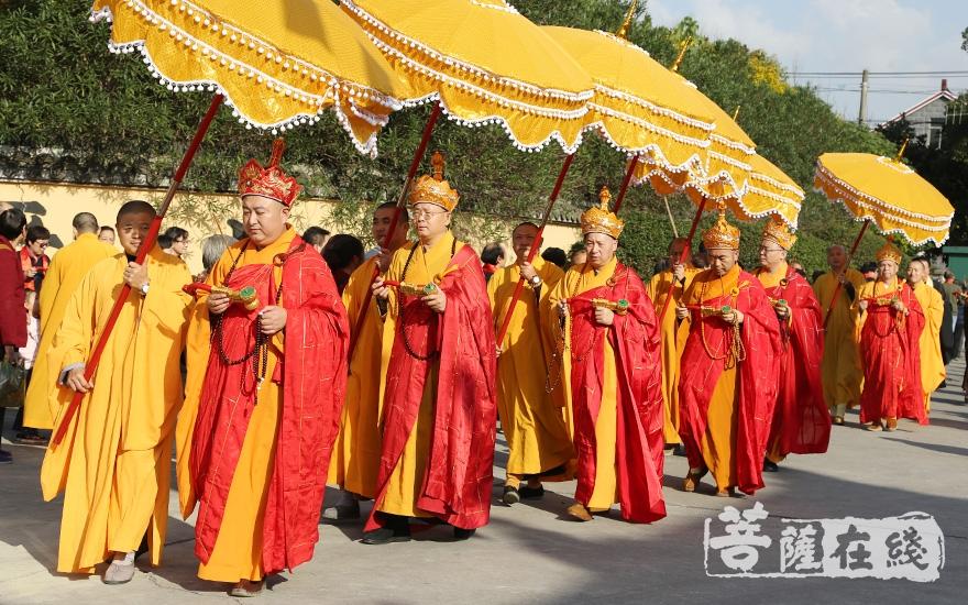 主法法师领众绕寺而行(图片来源:菩萨在线 摄影:妙澄)